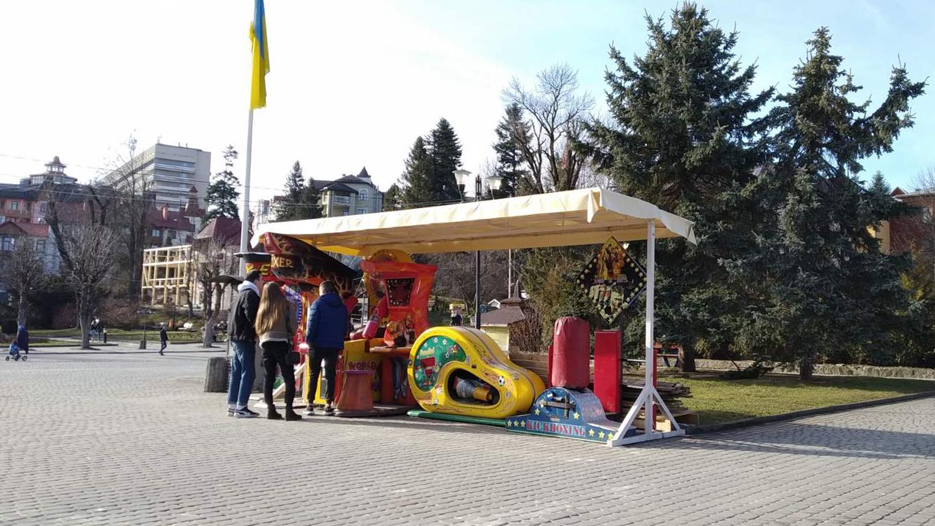 Майдан Незалежності у Трускавці звільнено від яток. Залишилися лише «будки» депутатів